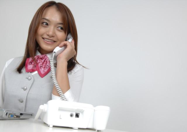 徳島の買取・リサイクルショップに電話する人物のイメージ画像 徳島の買取・リサイクルショップで家具・家電を売ってみよう~引っ越しの際も便利!出張サービス無料!~